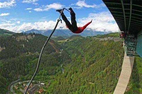 Perierga.gr - 80χρονη κάνει μπάντζι τζάμπινγκ από γέφυρα ύψους 190 μέτρων