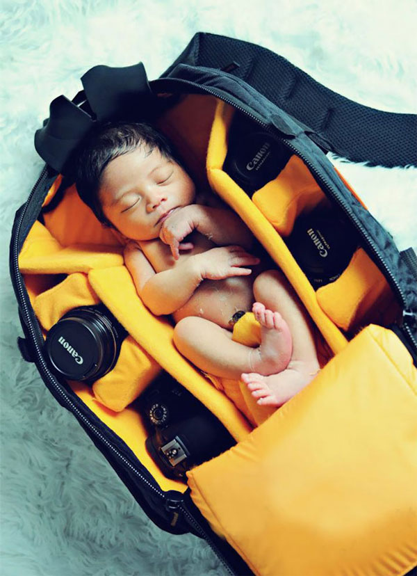 perierga.gr - Μωρά κοιμούνται σε φωτογραφικές τσάντες!