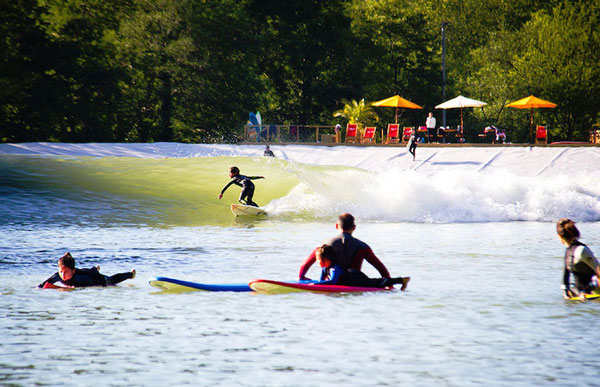perierga.gr - Κάνοντας σερφ σε λίμνη με τεράστια κύματα!