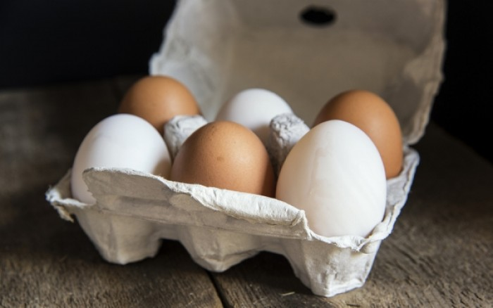 perierga.gr - Σε τι διαφέρουν τα λευκά από τα καφέ αυγά;