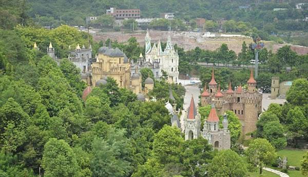 perierga.gr - Κινέζος εκατομμυριούχος έχτισε 7 κάστρα στη γενέτειρά του!