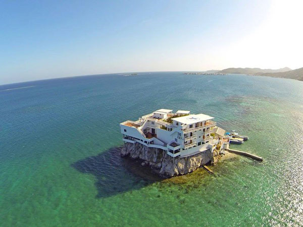 perierga.gr - Ξενοδοχείο... καλύπτει ολόκληρο βράχο!