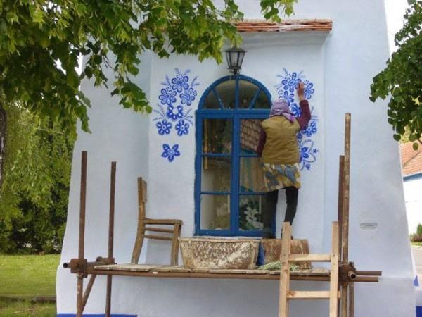 perierga.gr - Γιαγιά 87 ετών ζωγραφίζει τους τοίχους του χωριού της!