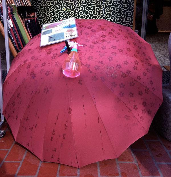perierga.gr - Παιχνιδιάρικες ομπρέλες... γεμίζουν μοτίβα στη βροχή!