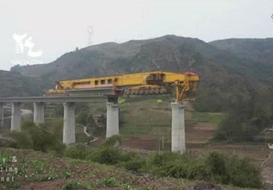 Perierga.gr - Υπερμηχάνημα κατασκευάζει γέφυρα με εντυπωσιακό τρόπο!