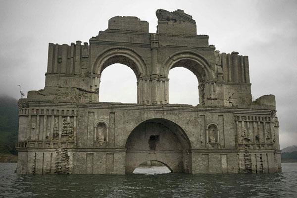 perierga.gr - Εκκλησία αναδύθηκε από το νερό!