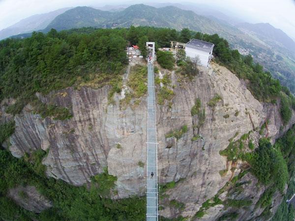 perierga.gr - Ράγισε η γυάλινη γέφυρα του… τρόμου στην Κίνα!