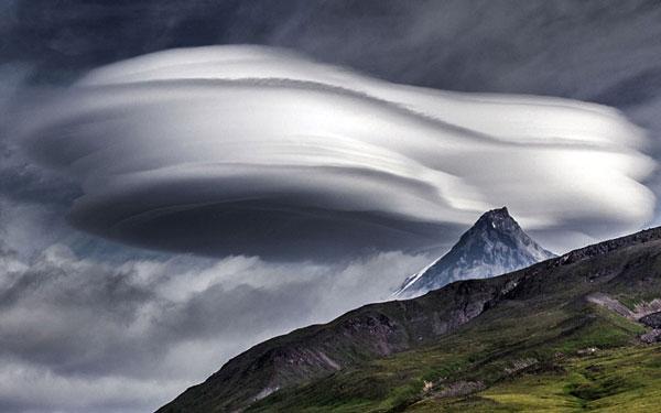 perierga.gr - Ασυνήθιστα σύννεφα πάνω από τα ηφαίστεια της Καμτσάτκα