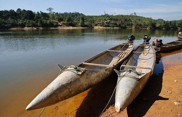 perierga.gr - Στο Λάος ακόμα και οι βάρκες φτιάχνονται από βόμβες!