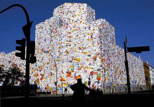 perierga.gr - Κτήριο καλύφθηκε με 150.000 ερωτικά γράμματα!