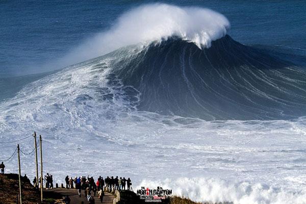 perierga.gr - Δαμάζοντας τεράστια κύματα στην Πορτογαλία!