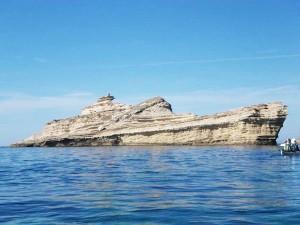 perierga.gr - Bράχος στη θάλασσα μοιάζει με πλοίο!