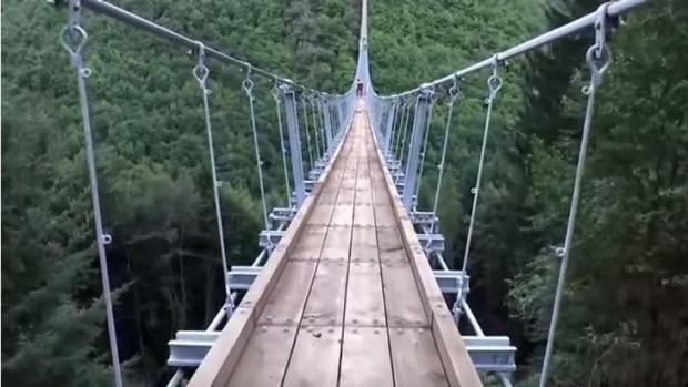 perierga.gr - Kρεμαστή γέφυρα στη Γερμανία προκαλεί ίλιγγο!