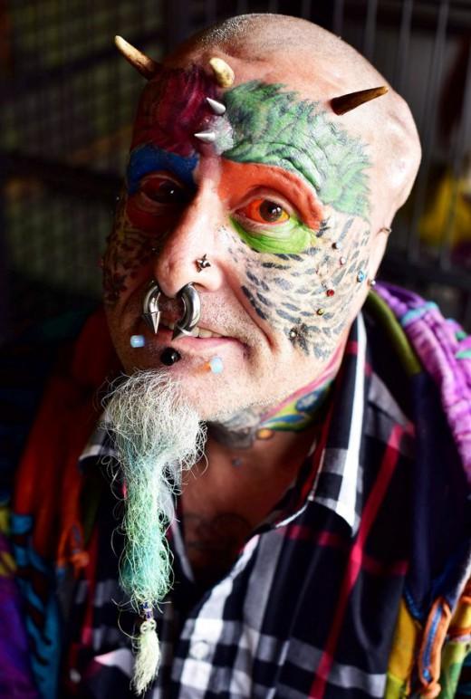 perierga.gr - Άντρας έκοψε τα αυτιά του για να μοιάσει στον παπαγάλο του!