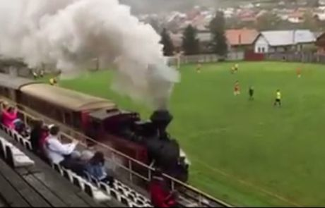"Perierga.gr - Απίστευτο: Τρένο ""εισέβαλε"" σε γήπεδο την ώρα του αγώνα!"
