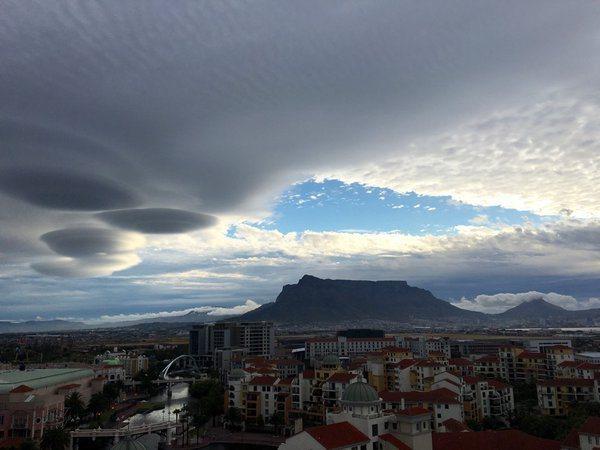 """perierga.gr - Σύννεφα """"UFO"""" εμφανίστηκαν στη Νότια Αφρική!"""