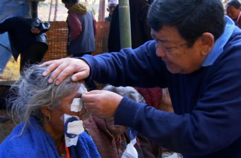 perierga.gr - Ο γιατρός που θεράπευσε 120.000 τυφλούς!