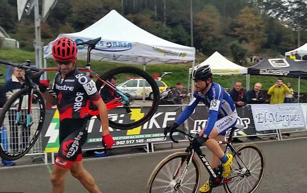 perierga.gr - Ποδηλάτης αρνείται να προσπεράσει αντίπαλο λίγο πριν τον τερματισμό!