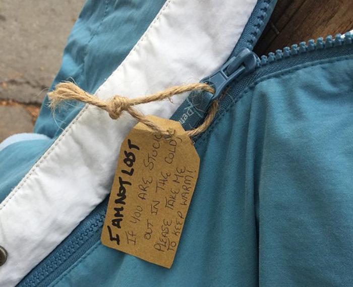 perierga.gr - Παιδιά κρεμάνε τα ρούχα τους στις κολόνες για τους αστέγους!