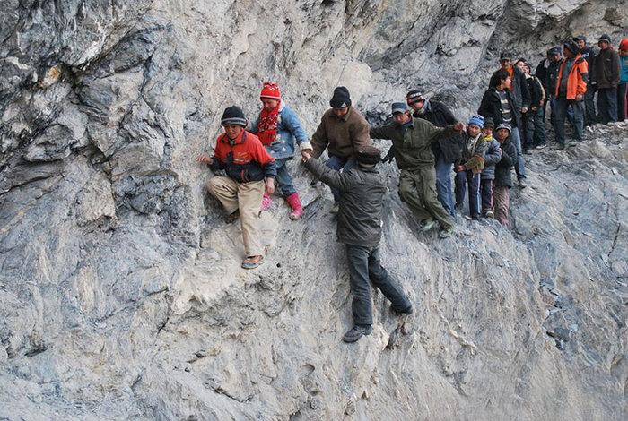perierga.gr - Επικίνδυνες διαδρομές μαθητών προς το σχολείο!