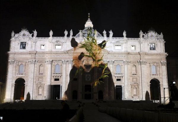 perierga.gr - Υπερθέαμα φωτός στο Βατικανό για την κλιματική αλλαγή!