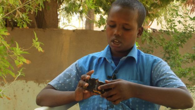 perierga.gr - 13χρονος στη Σομαλία φτιάχνει παιχνίδια από τα σκουπίδια!