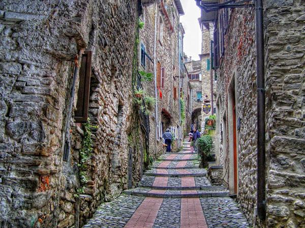 "perierga.gr - Dolceacqua: ""Κουκλίστικο"" μεσαιωνικό χωριό!"