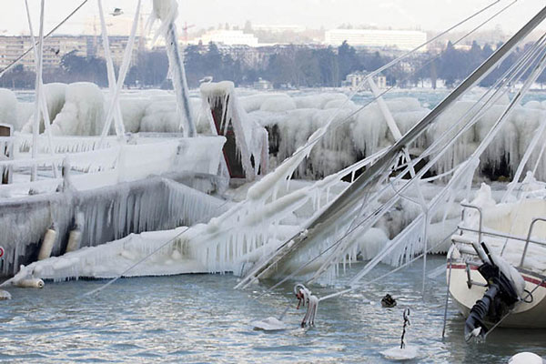"""perierga.gr - Παγωμένα """"γλυπτά"""" στη λίμνη της Γενεύης!"""