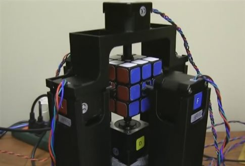 perierga.gr - Ρομπότ λύνει τον Κύβο του Ρούμπικ σε ένα δευτερόλεπτο!