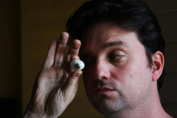 perierga.gr - Κινηματογραφιστής αντικατέστησε το μάτι του με κάμερα!