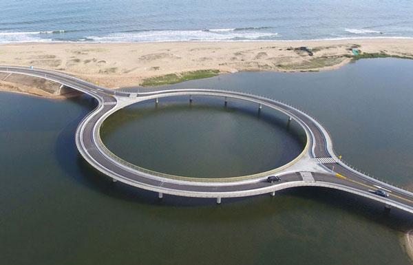 perierga.gr - Στρογγυλή γέφυρα ενθαρρύνει τους οδηγούς να απολαύσουν τη θέα!