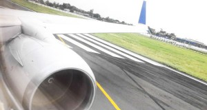 perierga.gr - Αεροπλάνο κάνει «επική» προσγείωση με τη μύτη προς τα κάτω!