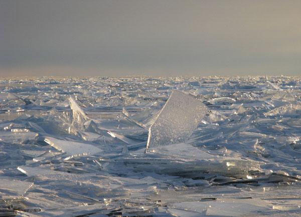 perierga.gr - Παγωμένη λίμνη σπάει σε κομμάτια!