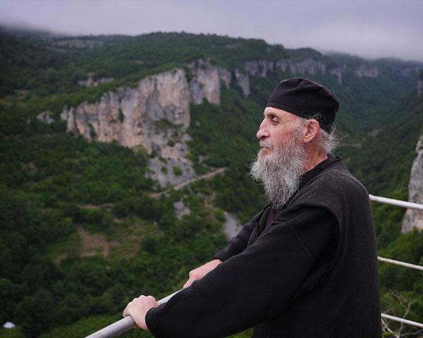 perierga.gr - Μοναχός ζει 20 χρόνια μόνος σε βράχο!