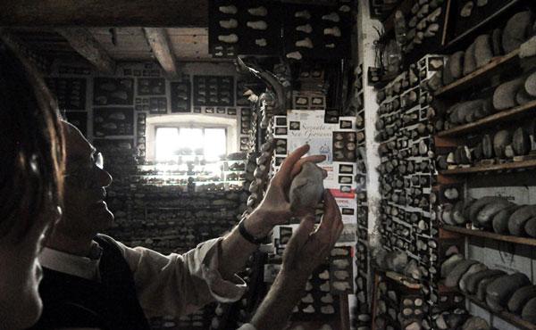 perierga.gr - Ο άνθρωπος που συλλέγει πέτρες 55 χρόνια!
