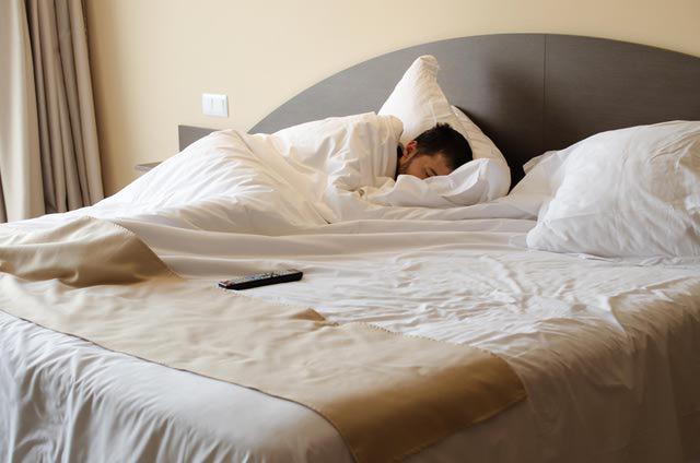 perierga.gr - Λιγότερο γκρινιάρηδες όσοι κοιμούνται από... αριστερά!