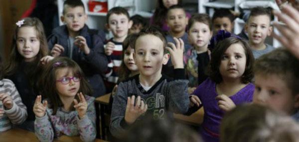 perierga.gr - Ολόκληρη τάξη έμαθε τη νοηματική για να μιλήσει στον συμμαθητή της!
