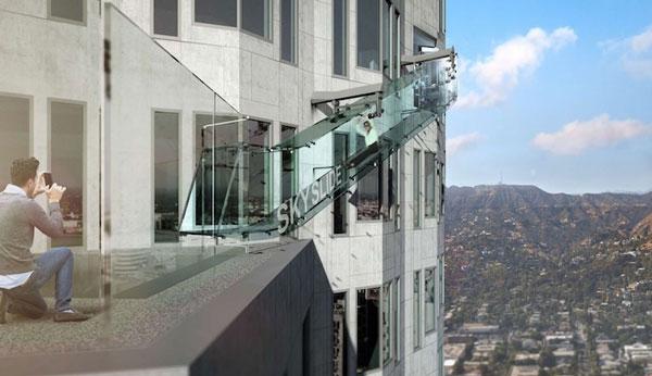 perierga.gr - Γυάλινη τσουλήθρα στον 70ό όροφο!