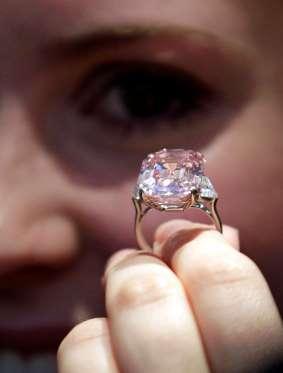 Το πανέμορφο αυτό ροζ διαμάντι 24.78 καρατίων είναι ένα από τα ελάχιστα  αψεγάδιαστα διαμάντια που υπάρχουν στον κόσμο. Από το 2010 ανήκει στον  Βρετανό ... 67969823829