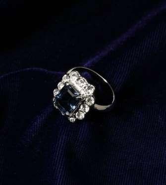 Το εντυπωσιακό δαχτυλίδι που η πριγκίπισσα Νταϊάνα είχε (η ίδια) επιλέξει  για τον αρραβώνα της είναι στολισμένο με ένα ζαφείρι που περιτριγυρίζεται  από ... 03777c44f3b