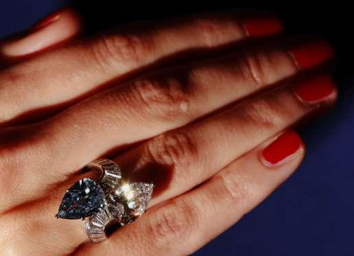 """Το μοναδικό διπλό διαμαντένιο δαχτυλίδι της γνωστής εταιρίας """"έπιασε"""" 15 8eb40dacfd5"""