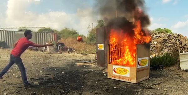 perierga.gr - Επέζησε από πυρκαγιά και έφτιαξε μπάλα που σβήνει τη φωτιά