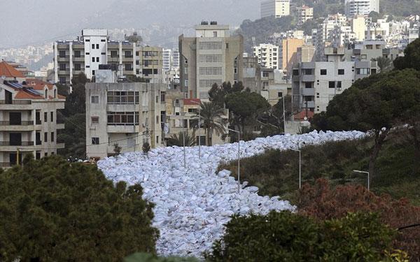 perierga.gr - Το απίστευτο «ποτάμι» σκουπιδιών της Βηρυτού!