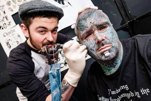 perierga.gr - Έκανε 36 τατουάζ ταυτόχρονα στο σώμα του!
