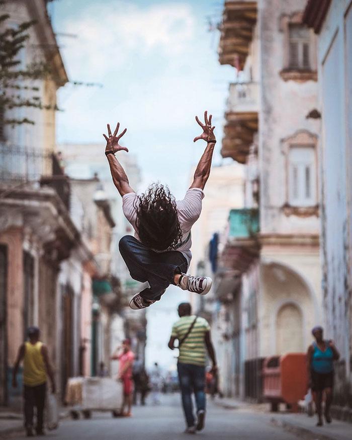 perierga.gr - Χορευτές κάνουν... πρακτική στους δρόμους της Κούβας!