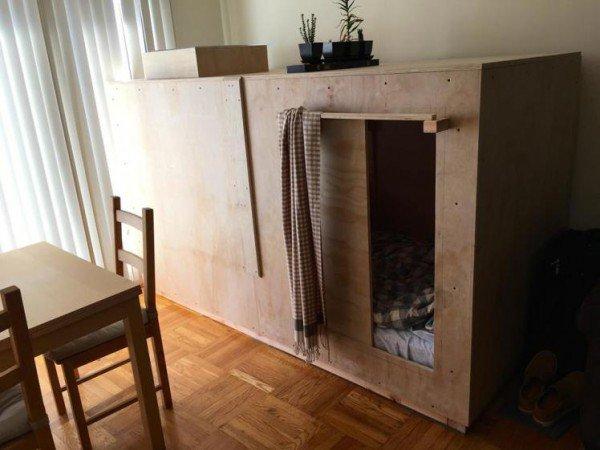 perierga.gr - Αμερικανός πληρώνει 500 δολάρια το μήνα για να ζει σε ξύλινο κουτί!