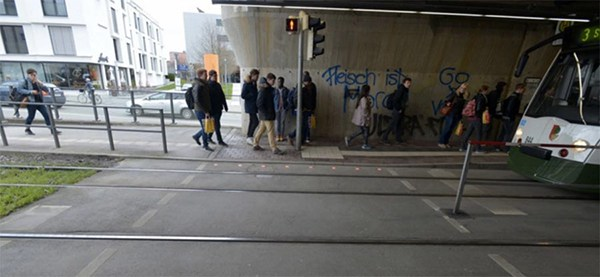 "perierga.gr - Ειδικά φανάρια κυκλοφορίας για πεζούς που ""χαζεύουν"" στο smartphone τους!"