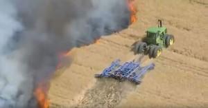 perierga.gr - Αγρότης παλεύει με τις φλόγες και σώζει 50 στρέμματα γης!