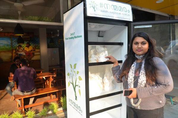 perierga.gr - Εστιατόριο βάζει ψυγείο στο δρόμο για τους αστέγους!