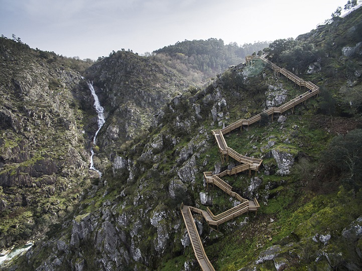 perierga.gr - Μονοπάτι στα βράχια προσφέρει εξαιρετική θέα!